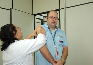 Mais de 200 pessoas vacinadas em campanha na Guarulhos Transportes